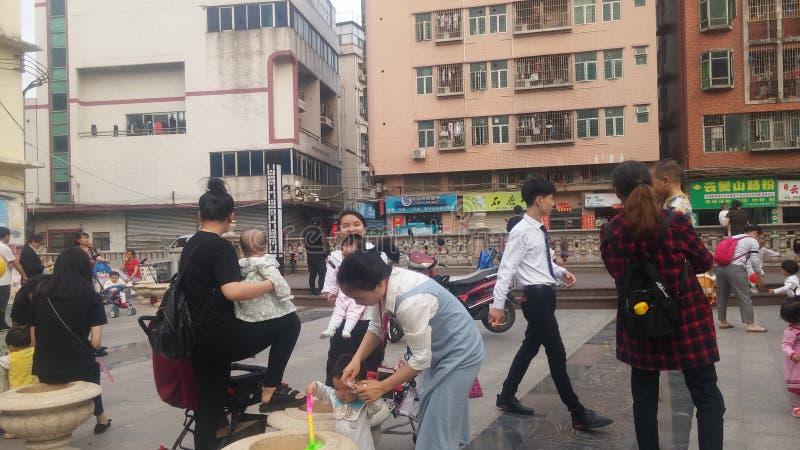 Shenzhen, Chine : Les jeunes mères ou grands-mères jouent dehors avec leurs enfants image stock