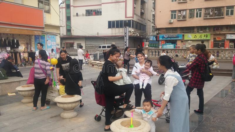 Shenzhen, Chine : Les jeunes mères ou grands-mères jouent dehors avec leurs enfants images stock
