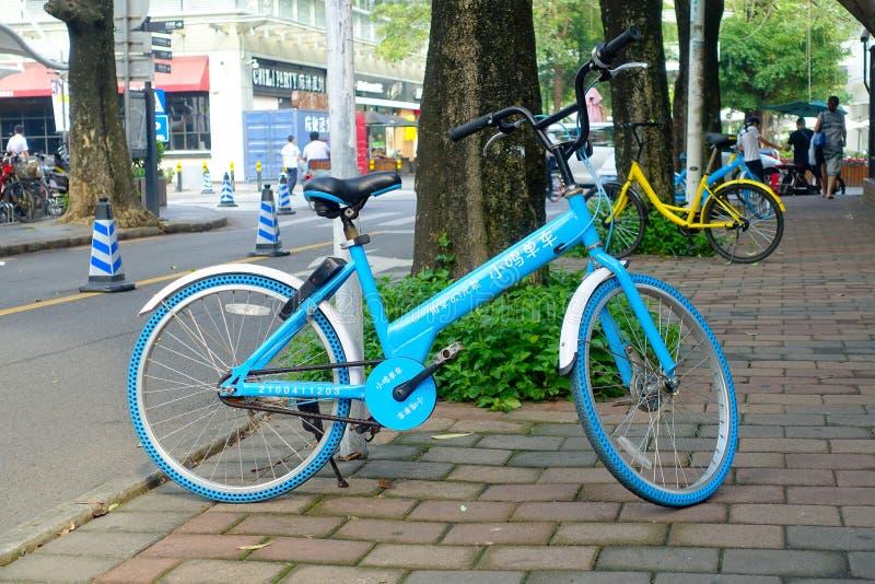 SHENZHEN, CHINE 11 MAI 2017 : Beau vélo magenta, se garant dans le trottoir dans un jour ensoleillé photo libre de droits