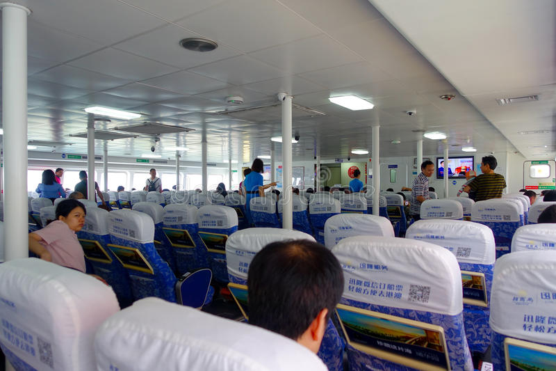 SHENZHEN, CHINE 11 MAI 2017 : Un peuple non identifié attendant à l'intérieur de du turboréacteur Tai Shan qui fournit des servic photo stock
