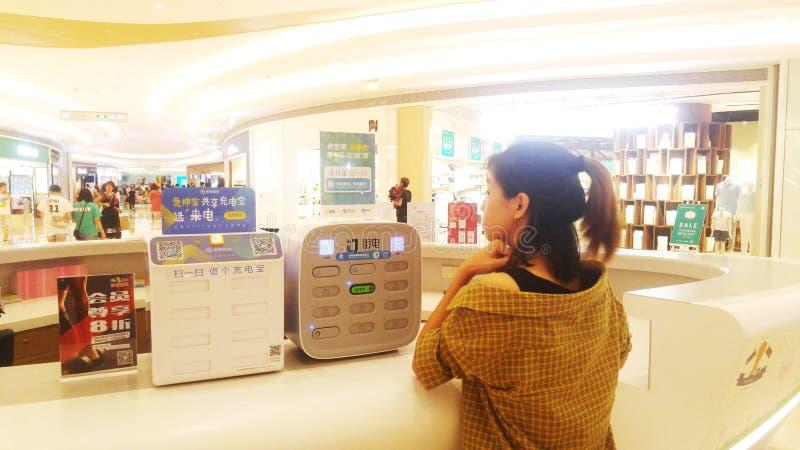 Shenzhen, Chine : partager les équipements de remplissage pour faciliter les visiteurs publics chargeant des téléphones portables photo stock
