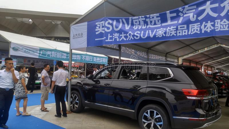 Shenzhen, Chine : Weekend les ventes de salon de l'Auto, les gens observent des voitures ou des voitures de achat images stock