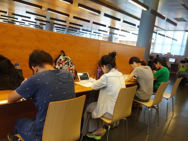 Shenzhen, Chiny: biblioteki, samiec i kobiety czytelnicy, czytają obraz stock