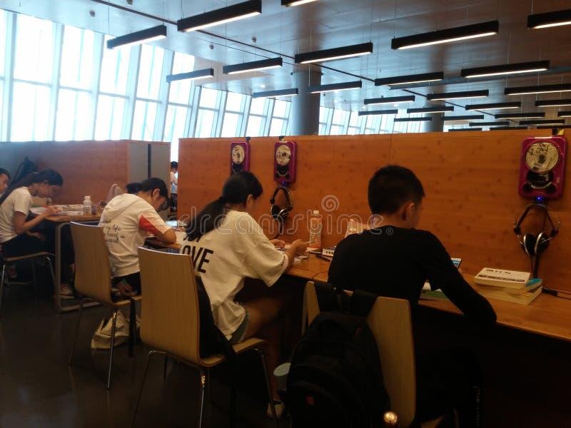 Shenzhen, Chiny: biblioteki, samiec i kobiety czytelnicy, czytają zdjęcia royalty free