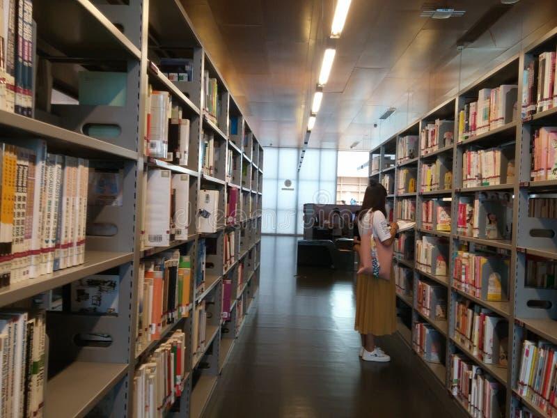 Shenzhen, Chiny: biblioteki, samiec i kobiety czytelnicy, czytają obrazy royalty free