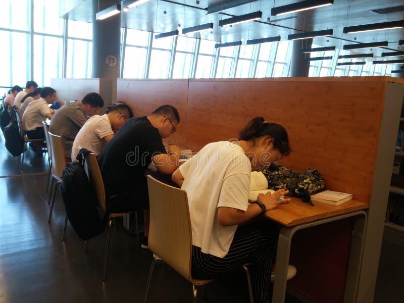 Shenzhen, Chiny: biblioteki, samiec i kobiety czytelnicy, czytają zdjęcie stock