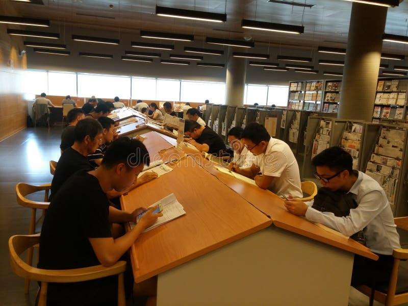 Shenzhen, Chiny: biblioteki, samiec i kobiety czytelnicy, czytają zdjęcia stock