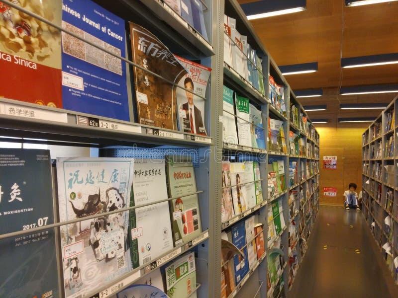 Shenzhen, Chiny: biblioteki, samiec i kobiety czytelnicy, czytają obrazy stock