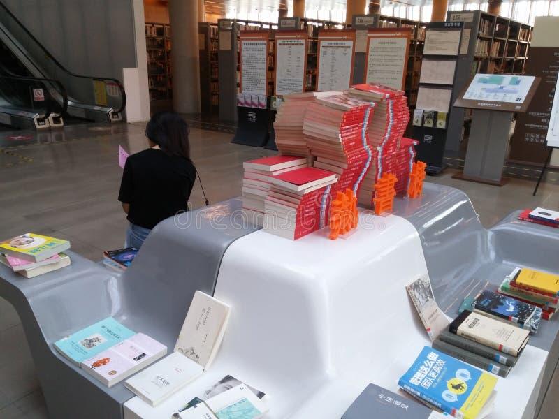 Shenzhen, Chiny: biblioteki, samiec i kobiety czytelnicy, czytają obraz royalty free