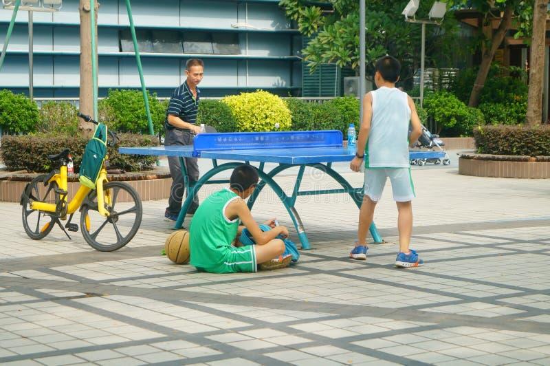 Shenzhen, Chiny: Dzieci Bawić się Stołowego tenisa sprawność fizyczną obrazy royalty free