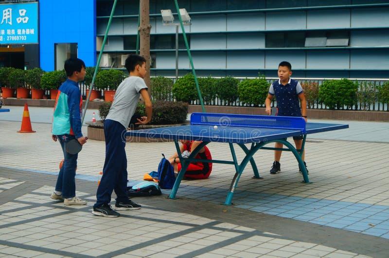 Shenzhen, Chiny: Dzieci Bawić się Stołowego tenisa sprawność fizyczną zdjęcie royalty free