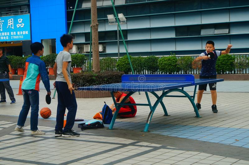 Shenzhen, Chiny: Dzieci Bawić się Stołowego tenisa sprawność fizyczną zdjęcia stock