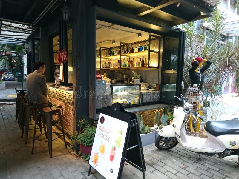 Shenzhen, Chiny: Sklepu Z Kawą krajobraz w Kulturalnym terenie przemysłowym, obrazy stock
