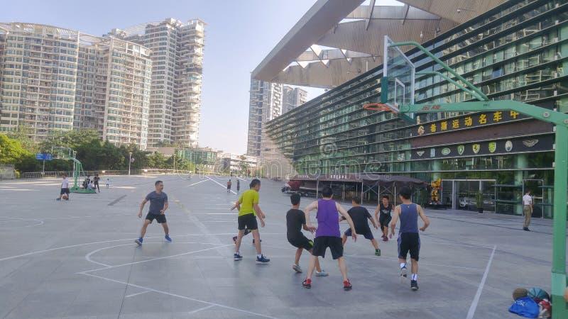 Shenzhen, Chiny: Starzy ludzie są odpoczynkowi po bawić się koszykówkę z młodzi ludzie fotografia royalty free
