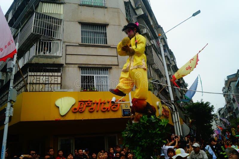 Shenzhen, Chiny: tradycyjne ludowe piaose parady aktywność, dzieci jest ubranym antyczną kostium salwę tanczą, bardzo piękny obrazy stock