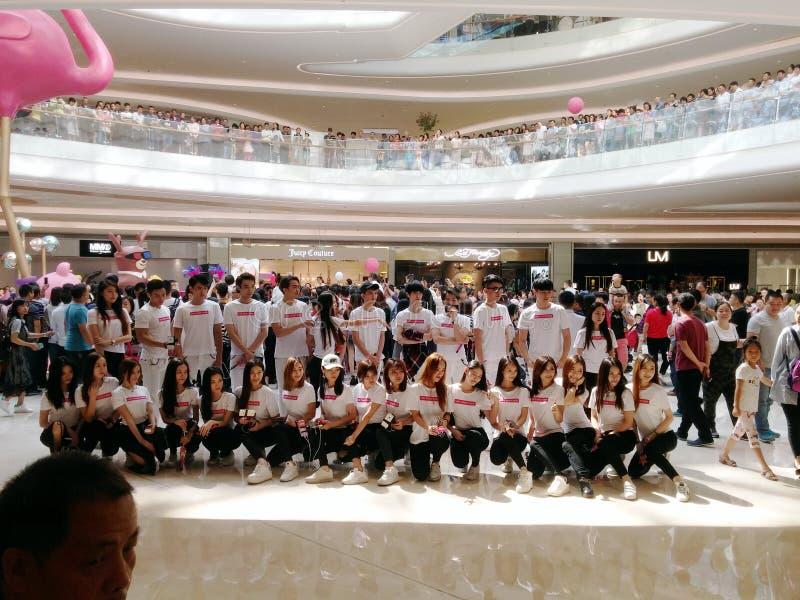 Shenzhen, Chiny: wielcy zakupów centra handlowe otwierający i wiele ludzie, uczęszczali ceremonię otwarcia zdjęcie stock
