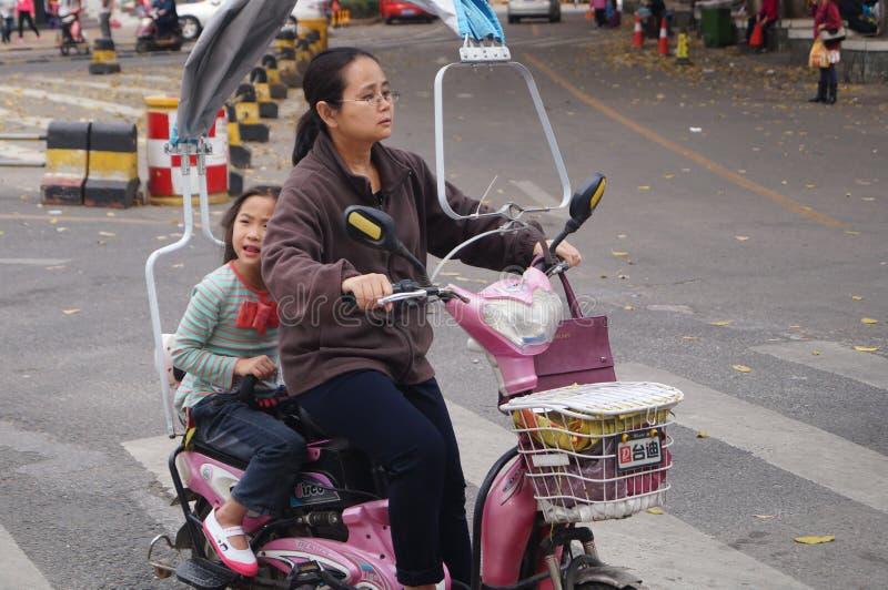 Shenzhen, Cina: bici elettrica equipaggiata immagini stock