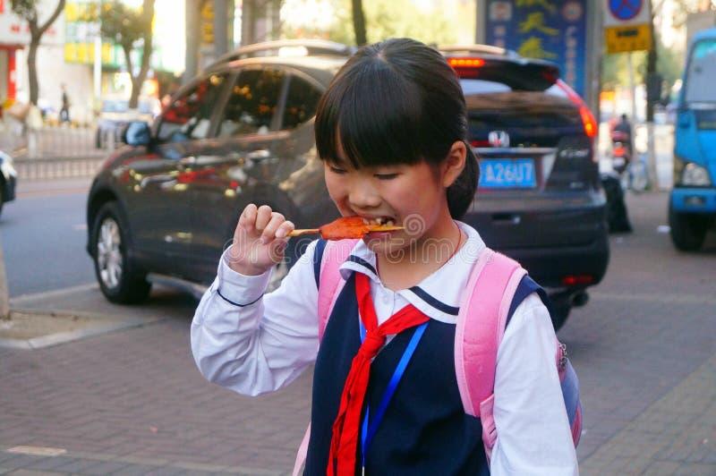 Shenzhen, Cina: casa della passeggiata degli studenti dopo la scuola fotografie stock