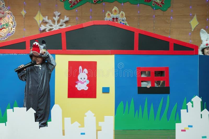SHENZHEN, CINA, 2011-12-23: Il bambino cinese nel ` s del lupo costumes la perforazione fotografia stock