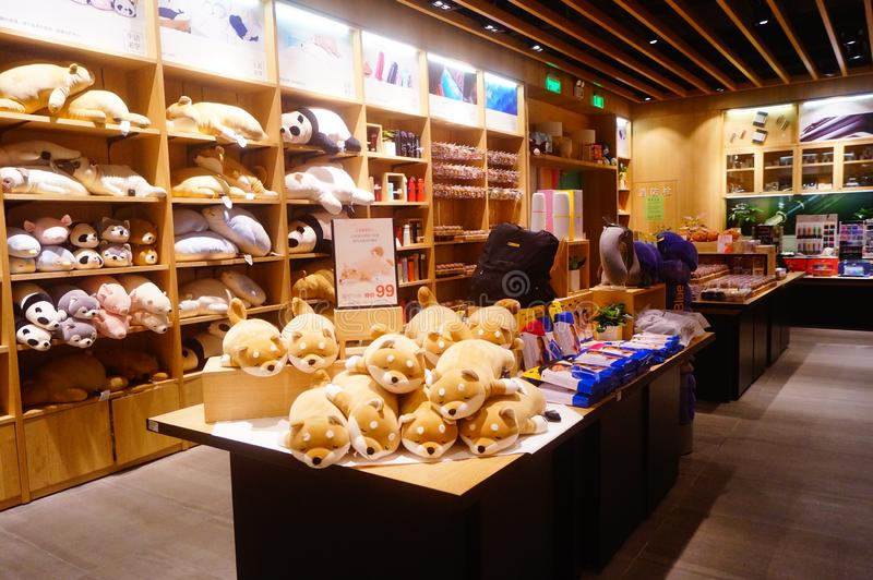 Shenzhen, Cina: Il negozio del giocattolo del ` s dei bambini visualizza molti giocattoli con le forme animali, che sono molto sv immagini stock