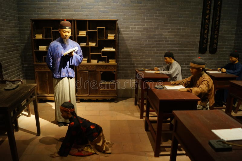 Shenzhen, Cina: la scultura antica di scena della scuola privata di vecchio stile fotografie stock libere da diritti