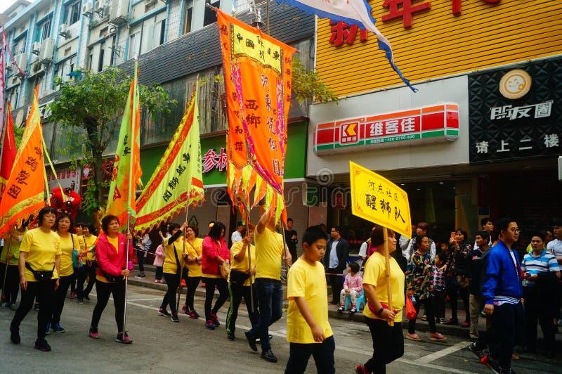 Shenzhen, Cina: parata di festival del tempio, attività di ballo di leone fotografie stock