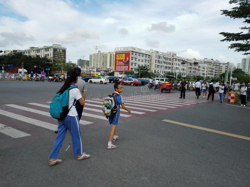 Shenzhen, Cina: studentesse all'incrocio di traffico fotografie stock libere da diritti