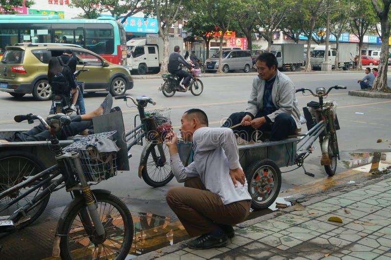 Shenzhen cina uomo che si siede su un triciclo for Costruzione di un pollaio su ruote