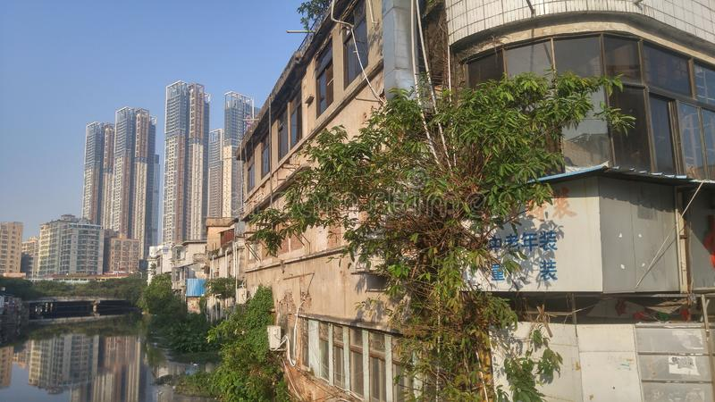 Shenzhen, Cina: vecchie costruzioni, accanto al fiume di Xixiang immagini stock