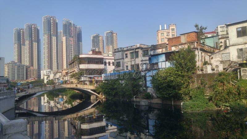 Shenzhen, Cina: vecchie costruzioni, accanto al fiume di Xixiang immagini stock libere da diritti