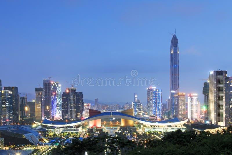 Shenzhen cityscape på skymning med medborgarcentret och Ping An IFC på förgrund royaltyfria foton