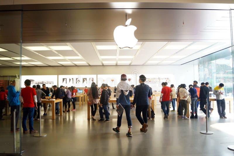 Shenzhen Kina: Apple-datorn och mobiltelefonen shoppar royaltyfria foton