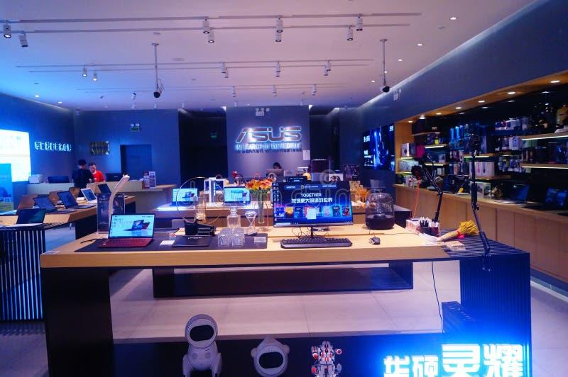 Shenzhen Kina: bärbar datorförsäljningsgalleria royaltyfria foton