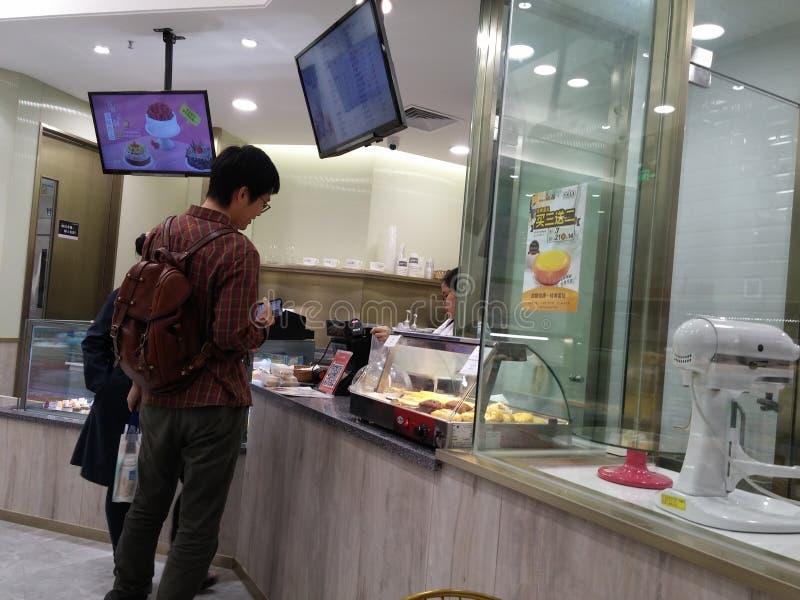 Shenzhen Kina: bagerit shoppar visar bröd och kakor och andra läckerheter royaltyfria bilder