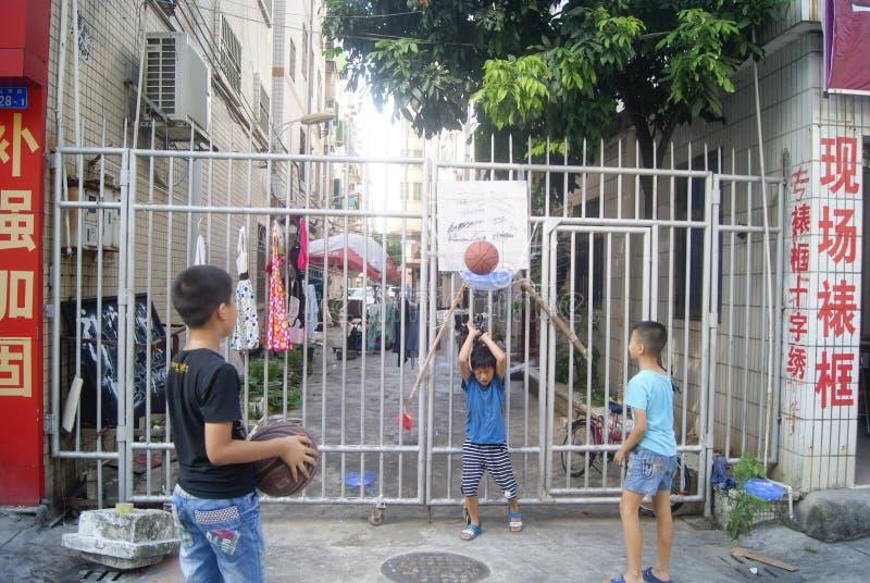 Shenzhen Kina: barn som spelar basket royaltyfria bilder