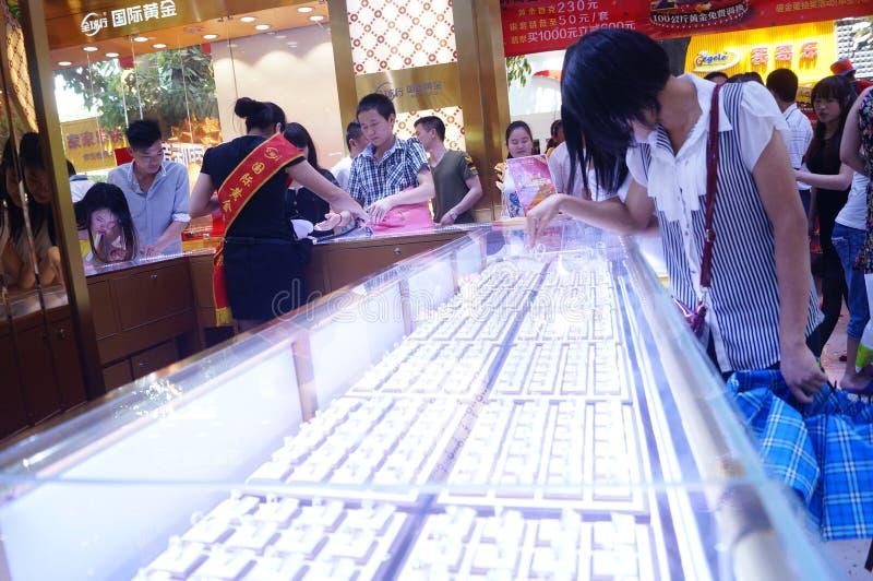 Shenzhen Kina: befordrings- aktiviteter för jadesmyckenlager royaltyfria foton