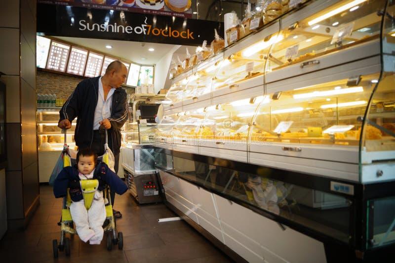 Shenzhen Kina: Brödkakan shoppar arkivfoto