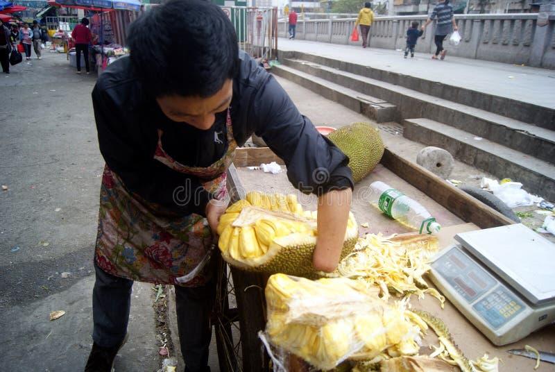 Shenzhen Kina: försäljare som säljer jackfruiten arkivbilder