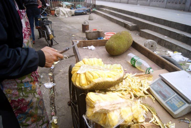 Shenzhen Kina: försäljare som säljer jackfruiten fotografering för bildbyråer
