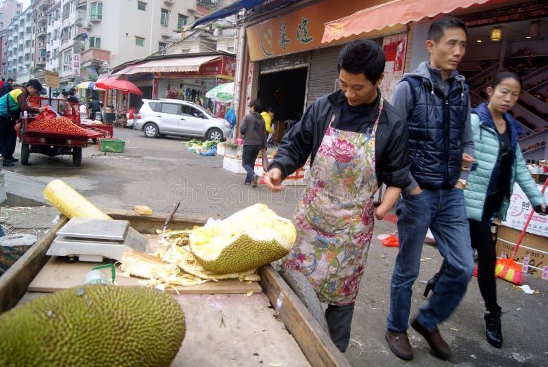 Shenzhen Kina: försäljare som säljer jackfruiten royaltyfri fotografi