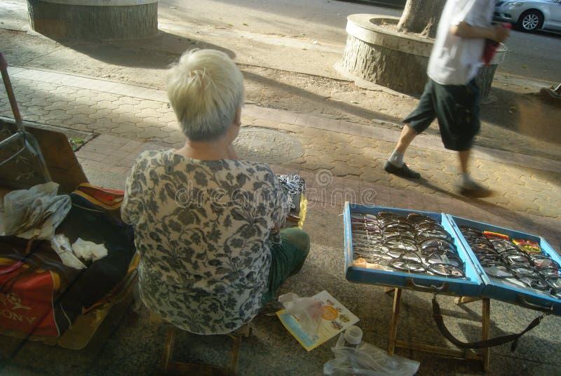 Shenzhen Kina: gatuförsäljare royaltyfri fotografi