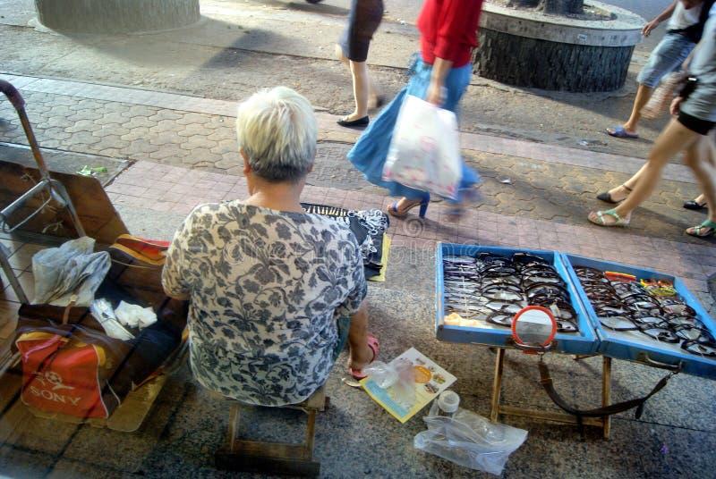 Shenzhen Kina: gatuförsäljare arkivbild