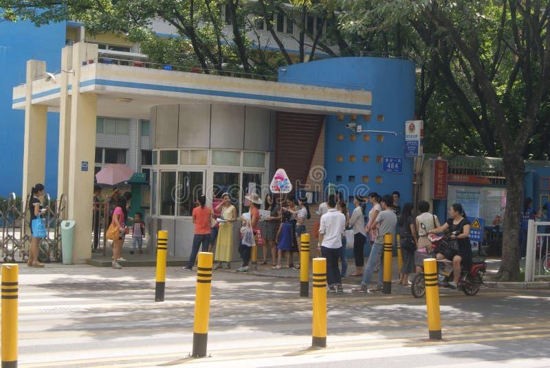 Shenzhen Kina: Grundskola för barn mellan 5 och 11 åruniversitetsområde arkivbild