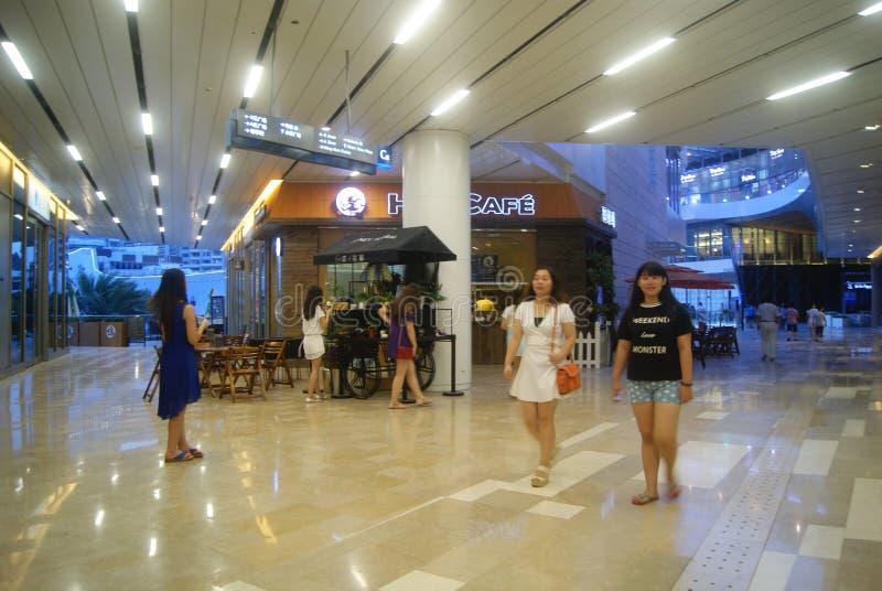 Shenzhen Kina: inre landskap för stor shoppinggalleria arkivbilder