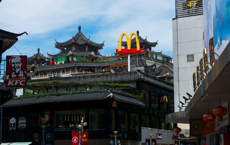 Shenzhen Kina - Juli 16, 2018: McDonalds och KFC i Kina, Dong Men Pedestrian gata i den gamla Shenzhenen royaltyfria bilder