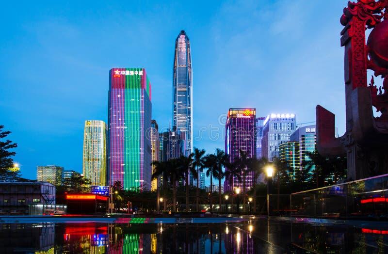 Shenzhen Kina - Juli 16, 2018: Shenzhen stads- cityscape av nytt royaltyfria foton