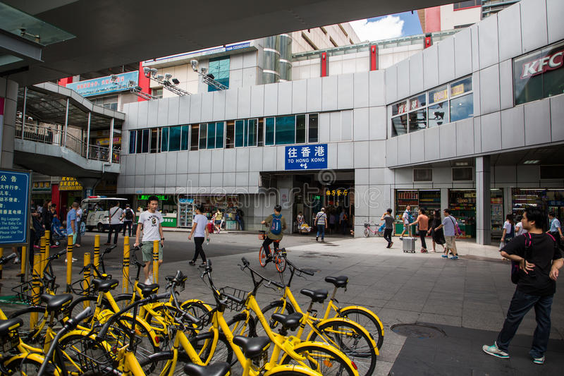 Shenzhen Kina, Juni 24th, 2016, ledare: Luohu station, Met royaltyfri fotografi