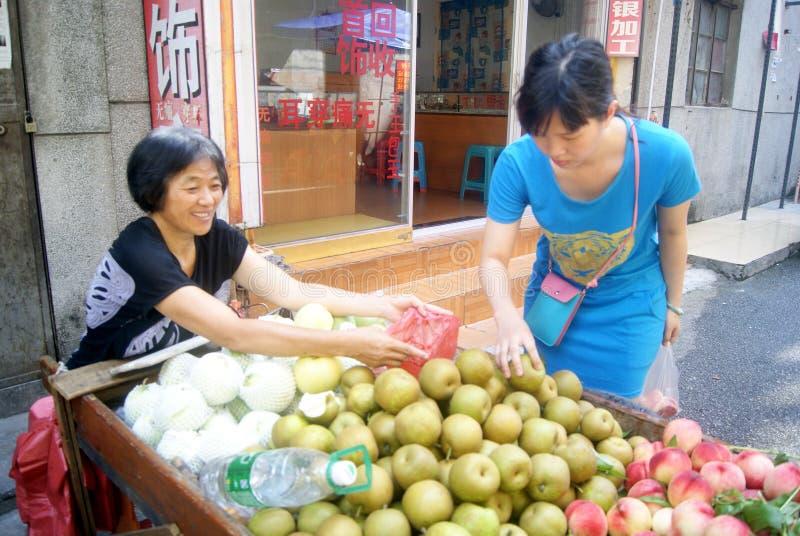 Shenzhen Kina: köp frukt arkivbilder