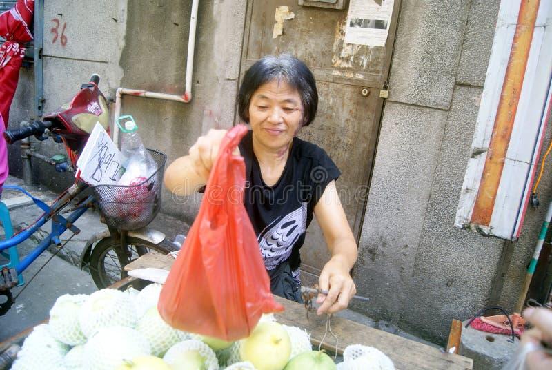 Shenzhen Kina: köp frukt royaltyfria foton