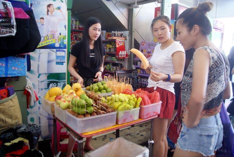 Shenzhen Kina: köp frukt arkivfoto